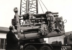 Einsatz erster halbautomatischer Druckgießmaschinen